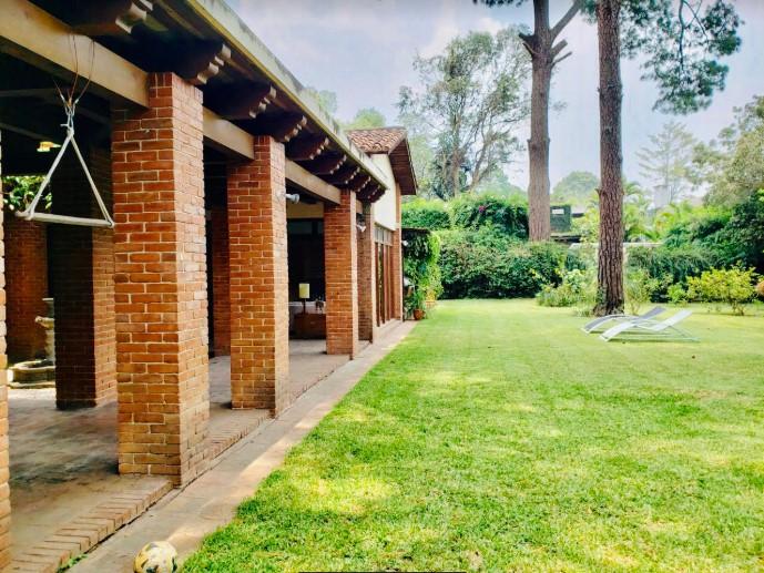 Casa dentro de garita con amplio jardin